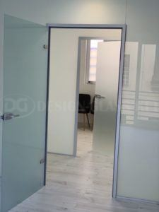 Üvegfal keretes nyíló ajtóval