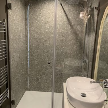 Zuhanyfal AjtÓval